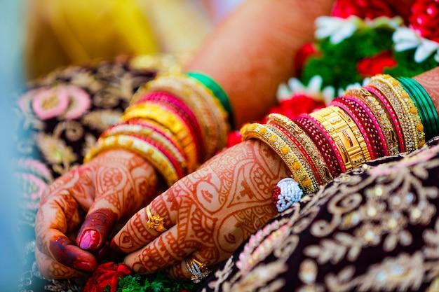 Mano dello sposo e della sposa di cerimonia nuziale tradizionale indiana