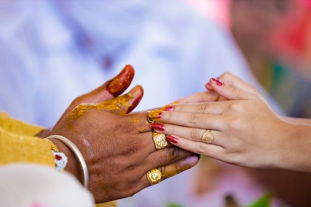 Matrimonio tradizionale indiano: mano dello sposo nella cerimonia haldi