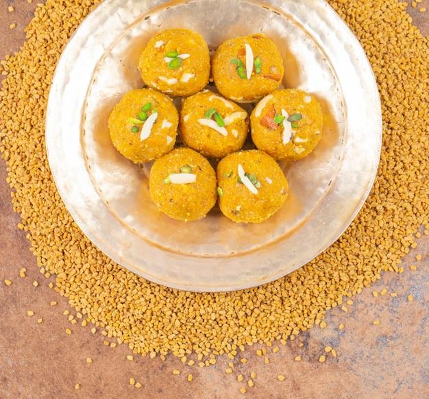 Alimento dolce indiano tradizionale methi laddu di inverno