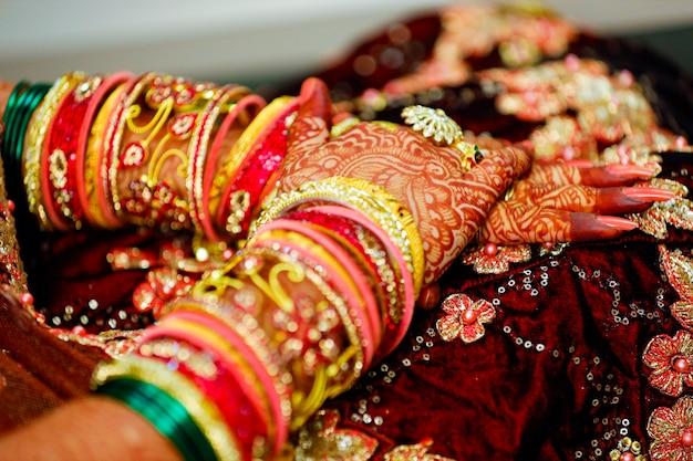 Cerimonia nuziale indiana: mano nuziale