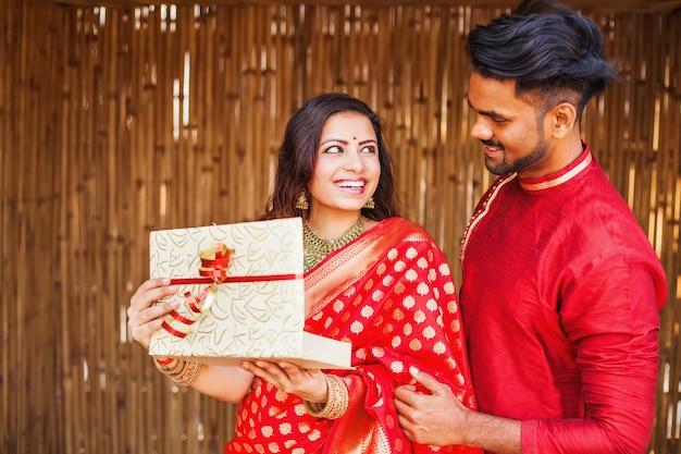 Donna indiana che apre un regalo da suo marito