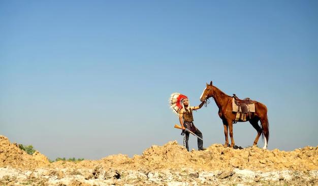 Gli indiani stanno cavalcando un cavallo