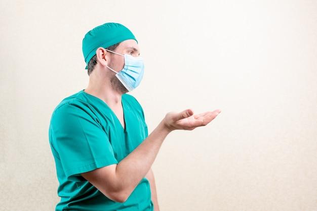 Un medico indignato in berretto e maschera. foto di alta qualità