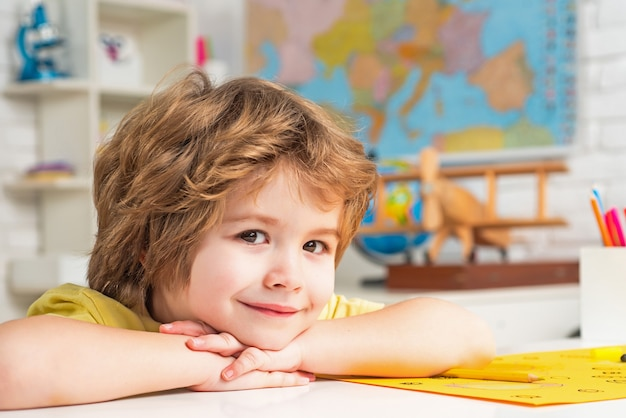 Tutoraggio individuale poco pronto a studiare l'educazione piccolo studente felice con un voto eccellente