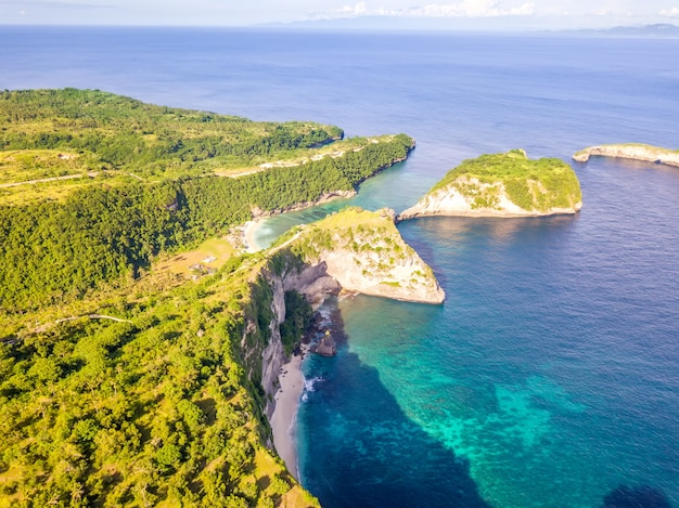 Indonesia. costa tropicale rocciosa dell'isola di penida e due piccole spiagge, mare e tempo soleggiato. vista aerea