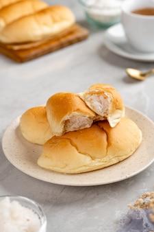 Pane indonesiano con ripieno di cocco grattugiato placcatura sul piatto