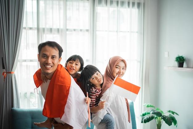 Famiglia musulmana indonesiana che celebra il giorno dell'indipendenza a casa