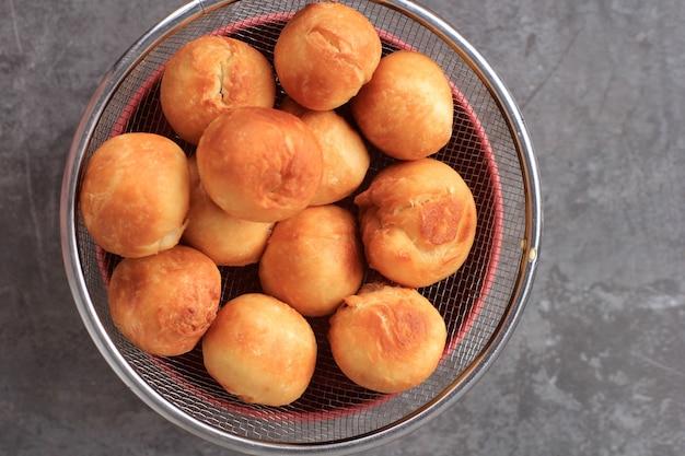 Pane fritto indonesiano chiamato roti/kue bantal o nome famoso odading, focus selezionato