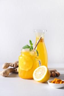 Bevanda alle erbe indonesiana jamu con curcuma, zenzero, limone.