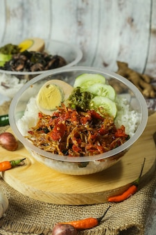Ciotola di riso indonesiano con uova e condimento e verdure fresche
