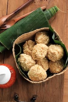 Spuntino indonesiano: bakso goreng o polpetta fritta. a base di pollo, carne o gamberetti con farina. servito con salsa piccante