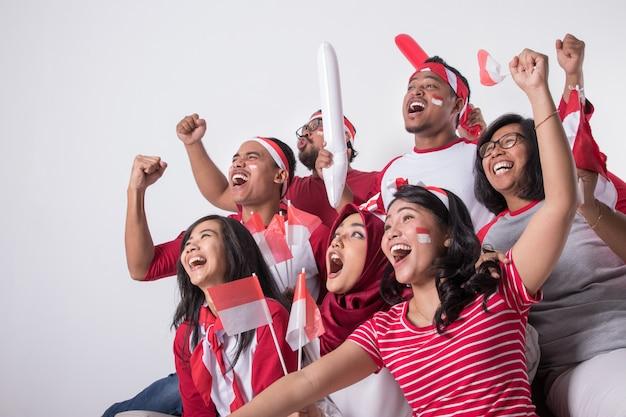 Sostenitore indonesiano che guarda con eccitazione