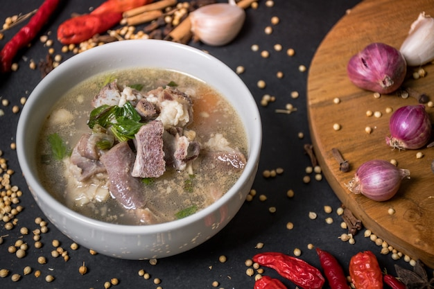 Cucina tradizionale indonesiana la zuppa di capra è composta da montone pomodori sedano cipolle verdi zenzero