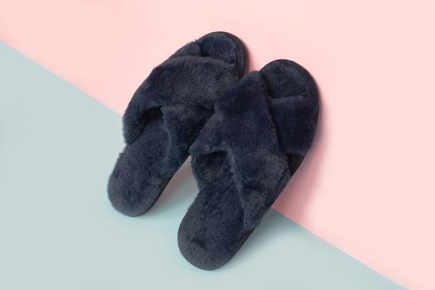 Pantofole da interno blu accoglienti su un colore