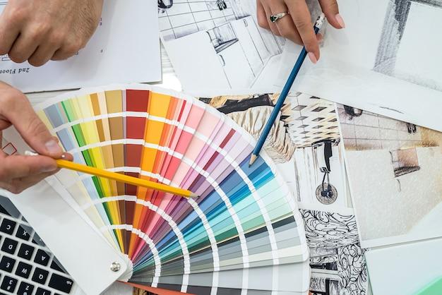 Colori interni degli interni scelti dai designer sul posto di lavoro.