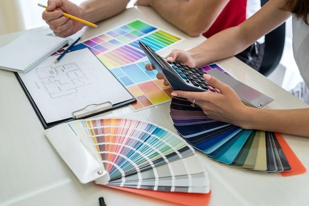 Colori interni degli interni scelti dai designer sul posto di lavoro. Foto Premium