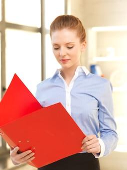 Foto al coperto di una donna calma con documenti