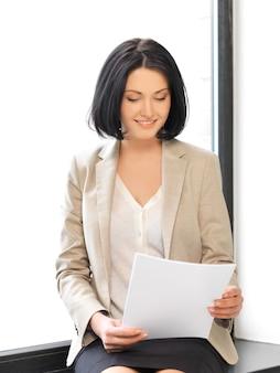 Foto interna di donna felice con documenti