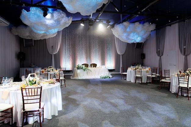 Sala interna con tavoli per un banchetto o un matrimonio