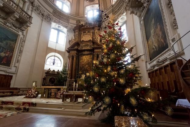 Ripresa in interni di un albero di natale decorato nella grande cattedrale cattolica di salisburgo, austria