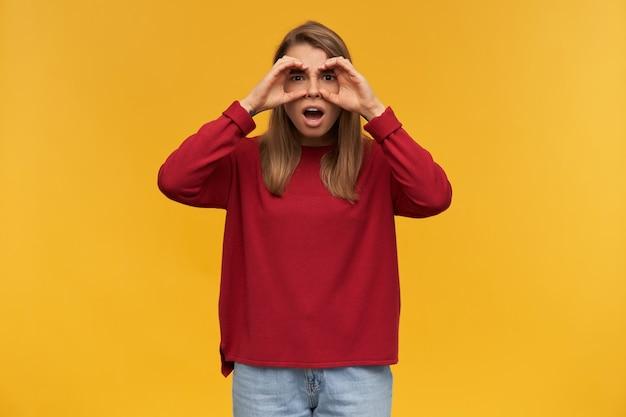 Tiro al coperto di eccitata giovane femmina protagonista nella fotocamera