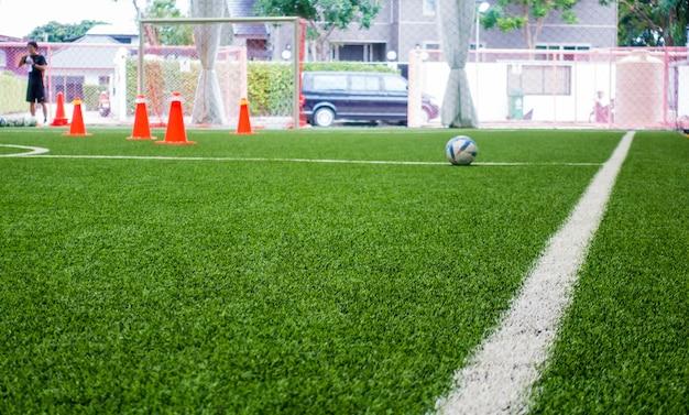 Estratto dell'interno della sfuocatura del campo di addestramento di calcio per fondo