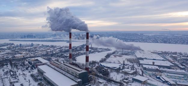 Zona industriale della città con emissioni nocive in atmosfera