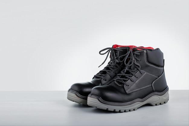 Stivali industriali. stivali protettivi di sicurezza su superficie grigia. copia spazio.