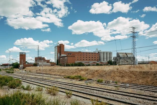 Edificio industriale in mattoni vicino alle rotaie del treno