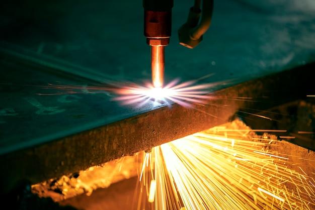 Taglio industriale con macchina al plasma cnc di piastre metalliche