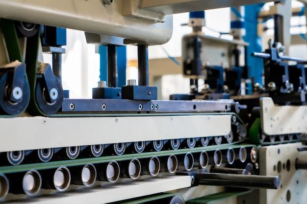 Una macchina industriale per la produzione di buste commerciali, che produce buste di carta per la distribuzione internazionale.