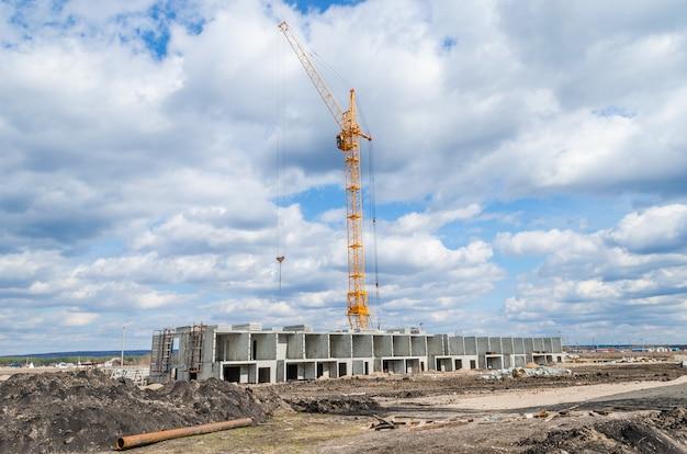 Gru per edilizia industriale e nuovo edificio residenziale
