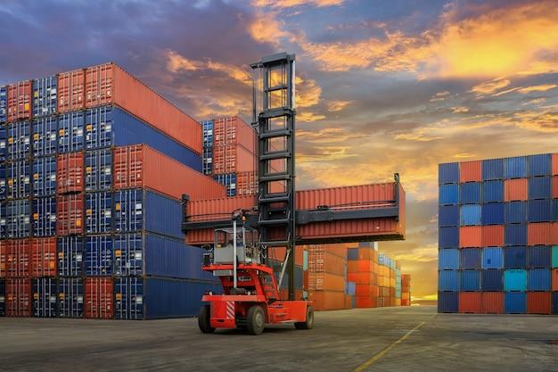 Cantiere di container industriali per attività di import export logistico
