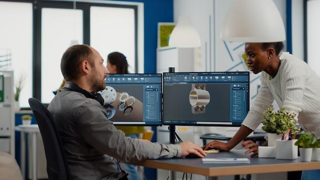 Ingegnere industriale e project manager che lavora su componenti metallici di costruzione 3d in software cad