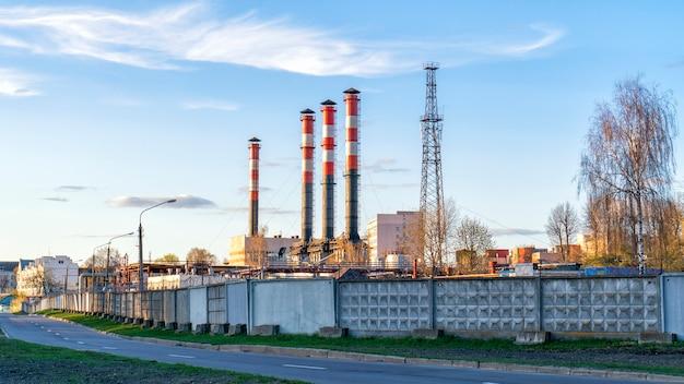 Imprese industriali con tubi contro il cielo blu.