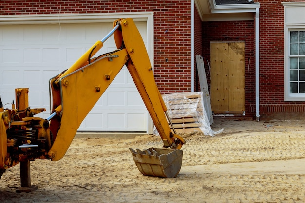 Escavatore industriale benna macchina in costruzione casa residenziale