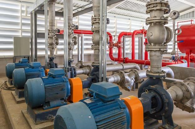 Stazione di pompaggio antincendio industriale per tubazioni di irrigazione a pioggia e sistema di allarme antincendio.