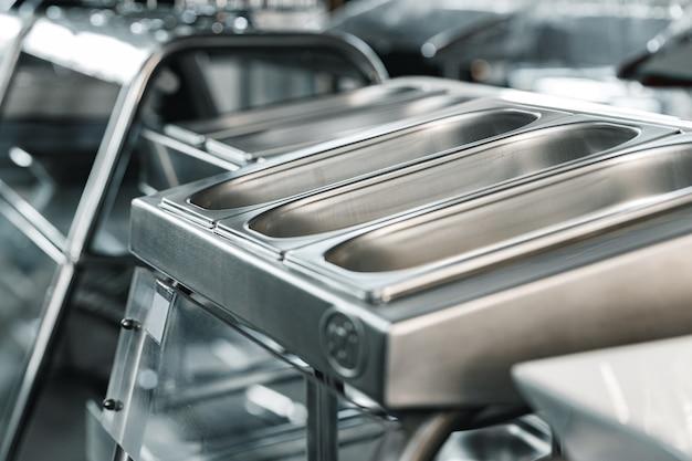 Vassoi metallici per cucine industriali per la ristorazione a buffet in un negozio