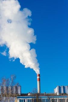 Paesaggio industriale, gru, tubi con fumo. inquinamento atmosferico da ciminiere