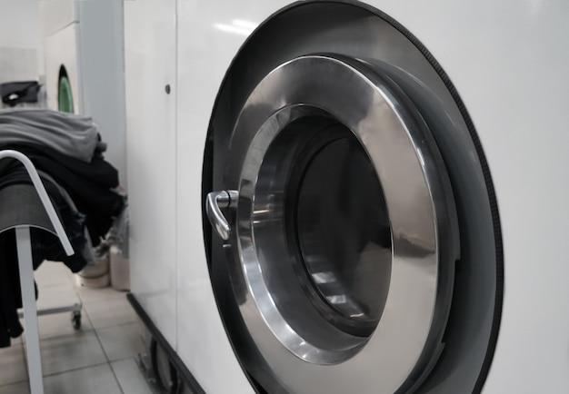 Lavatrice industriale della lavanderia nell'officina della tintoria, primo piano