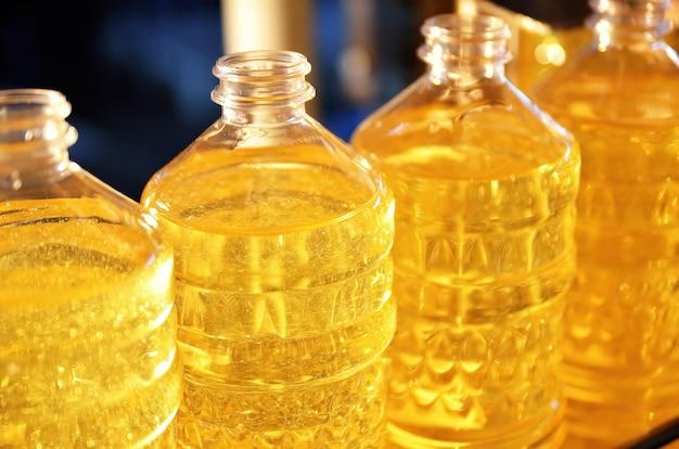 Linea industriale per la produzione di olio di girasole. linea di riempimento automatizzata