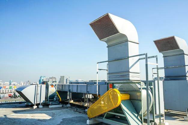 La macchina industriale sul tetto dell'enorme edificio.