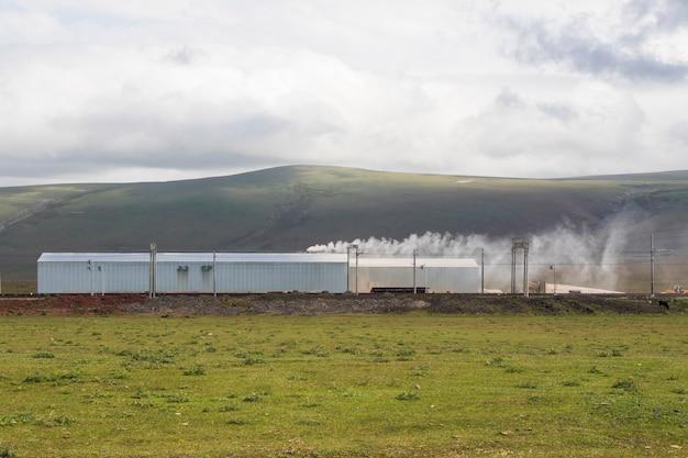 Inquinamento industriale, smog e nebbia, grande canna fumaria, aria tossica. nuvole con inquinamento e paesaggio di montagna a tsalka, georgia