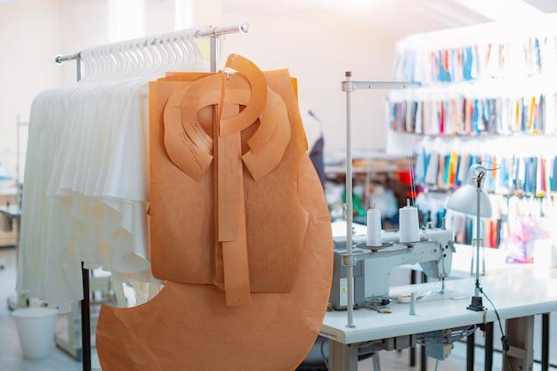 Abbigliamento di produzione industriale sul laboratorio di abbigliamento