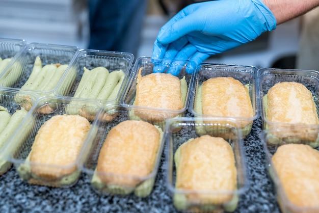 Produzione industriale di alimenti con pasticceria che prepara deliziosi dessert