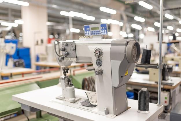 Macchina da cucire industriale in officina. produzione di scarpe. per qualsiasi scopo.