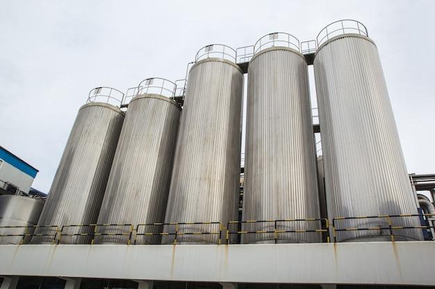 Silos industriali per la produzione di latte alimentare, in acciaio inossidabile