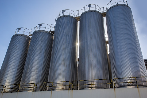 Silos industriali per la produzione di latte alimentare, da cisterna in acciaio inox