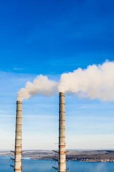 Fumaiolo industriale della centrale elettrica del carbone