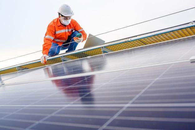 Tecnico industriale ingegnere controllo elettrico pannello solare con tester di isolamento digitale